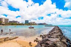 Spiaggia di Waikiki con il pilastro a Honolulu, Hawai Immagine Stock Libera da Diritti