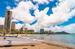 Spiaggia di Waikiki con le barche a Honolulu Fotografie Stock