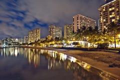 Spiaggia di Waikiki, Oahu Hawai, tramonto di paesaggio urbano Immagine Stock