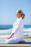 Spiaggia di yoga della donna Immagini Stock