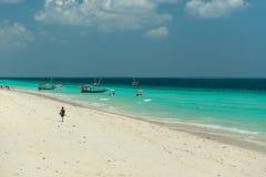 Spiaggia di Zanzibar e barche turistiche nell'oceano Immagine Stock