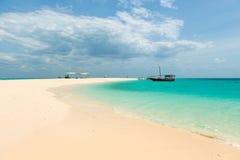 Spiaggia di Zanzibar e barche turistiche nell'oceano Fotografia Stock