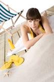 Spiaggia - donna attraente nella distensione del bikini Fotografia Stock