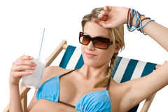 Spiaggia - donna felice in bikini con la bevanda fredda immagini stock libere da diritti