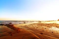 Spiaggia dorata con sole Immagini Stock Libere da Diritti
