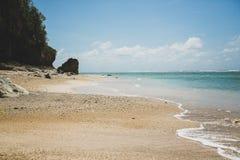 Spiaggia dorata di stupore in Bali fotografia stock libera da diritti