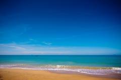 Spiaggia dorata tropicale della sabbia Fotografia Stock Libera da Diritti