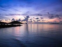 Spiaggia drammatica del cielo al tramonto Fotografia Stock