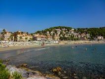 Spiaggia e baia nell'Andora immagine stock libera da diritti