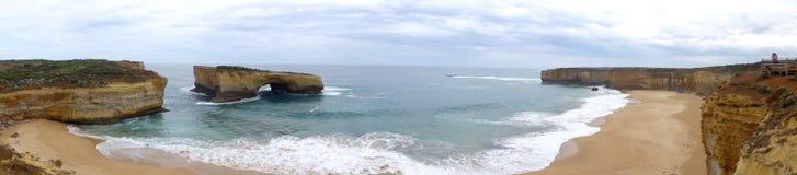 Spiaggia e caverna Fotografia Stock Libera da Diritti