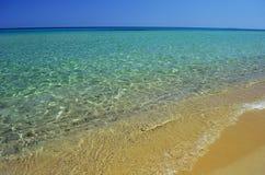 Spiaggia e chiara acqua di mare Fotografie Stock Libere da Diritti