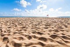 Spiaggia e cielo blu con il chiarore Immagine Stock Libera da Diritti