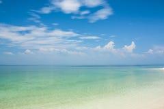 spiaggia e cielo blu tropicali Immagini Stock Libere da Diritti