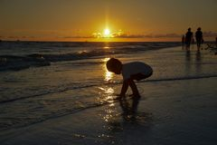 Spiaggia e cielo di tramonto Fotografia Stock Libera da Diritti
