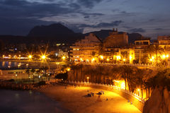 Spiaggia e città di notte in Spagna Fotografia Stock Libera da Diritti