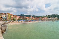 Spiaggia e città di San Terenzo in Lerici, Italia Fotografia Stock Libera da Diritti