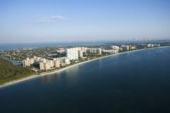 Spiaggia e condomini del sud della Florida immagine stock