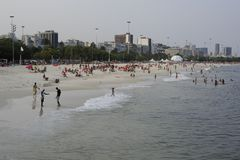 Spiaggia e l'Oceano Atlantico di Ipanema in Rio de Janeiro Immagini Stock