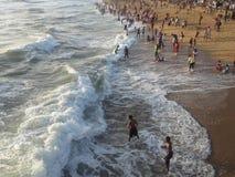 Spiaggia e la gente di sera Fotografia Stock