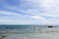 Spiaggia e mare con il cielo Fotografia Stock Libera da Diritti
