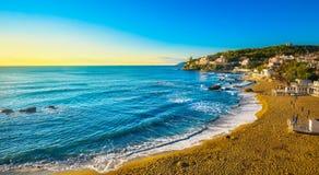 Spiaggia e mare della baia di Castiglioncello al tramonto La Toscana, Italia Fotografie Stock