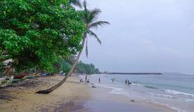 Spiaggia e mare nel giorno piovoso immagine stock libera da diritti