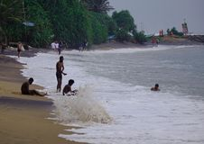 Spiaggia e mare nel giorno piovoso fotografia stock