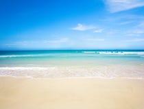 Spiaggia e mare tropicale fotografia stock libera da diritti