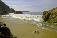 Spiaggia e massi dall'Oceano Pacifico messicano immagine stock libera da diritti