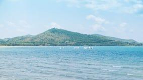 Spiaggia e montagna Fotografia Stock Libera da Diritti