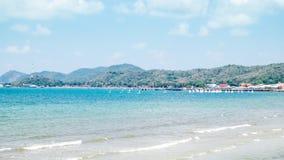 Spiaggia e montagna Immagine Stock