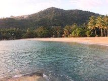Spiaggia e montagne all'isola Tailandia di Phangan Fotografia Stock