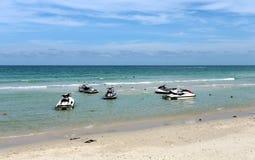 Spiaggia e motorini luminosi del mare Immagini Stock Libere da Diritti