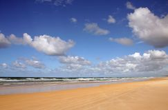 Spiaggia e nubi del nord del puntello di Noosa Fotografie Stock Libere da Diritti