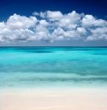 Spiaggia e nubi dell'oceano Fotografia Stock Libera da Diritti