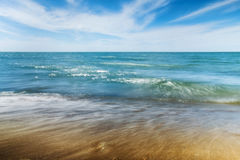 Spiaggia e piccole onde Fotografia Stock