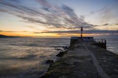 Spiaggia e pilastro di Looe ad alba Fotografia Stock Libera da Diritti