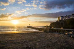 Spiaggia e pilastro di Looe ad alba Fotografie Stock