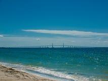 Spiaggia e ponte Fotografia Stock