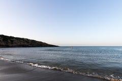 Spiaggia e rocce del mare calmo una donna da solo fotografie stock libere da diritti