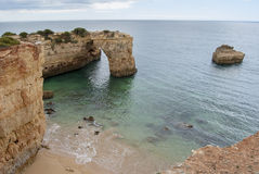 Spiaggia e scogliere di Albandeira nell'Algarve Portogallo Immagine Stock