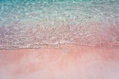 Spiaggia e spruzzata rosa Wave fotografie stock