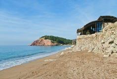 Spiaggia e vecchio posto di produzione di petrolio di olio d'oliva Fotografia Stock