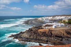 Spiaggia e villaggio del EL Golfo a Lanzarote, isole Canarie Spagna Fotografie Stock