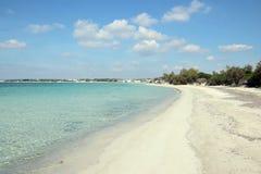 Spiaggia ed acqua bianche di cristlline in Salento fotografia stock libera da diritti