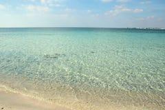 Spiaggia ed acqua bianche di cristlline in Salento immagini stock libere da diritti