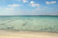 Spiaggia ed acqua bianche di cristlline in Salento fotografia stock