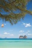 Spiaggia ed isola con il cielo soleggiato Fotografie Stock