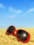 Spiaggia ed occhiali da sole Fotografie Stock Libere da Diritti