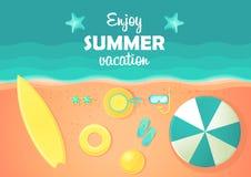 Spiaggia ed oceano di estate con le onde Composizione piana in estate Fotografie Stock
